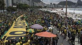 Tausende Menschen demonstrieren für den rechtspopulistischen Präsidentschaftskandidaten Bolsonaro an der Copacabana in Rio de Janeiro.