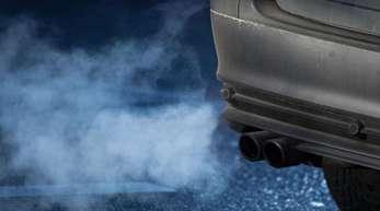 Abgase kommen aus dem Auspuff eines Autos.