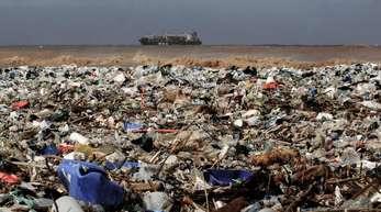Plastikmüll an einem Strand bei Keserwan im Libanon.