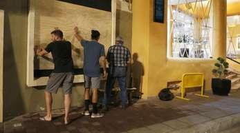 Bewohner des mexikanischen Badeortes Mazatlán rüsten sich für Tropensturm «Willa».