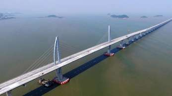 Die 55 Kilometer lange Verbindung besteht aus einer sich schlängelnden Brücke und einem 6,7 Kilometer langen Unterwassertunnel zwischen zwei künstlichen Inseln.
