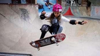 Lilly Stoephasius ist ein großes Talent auf dem Skateboard.