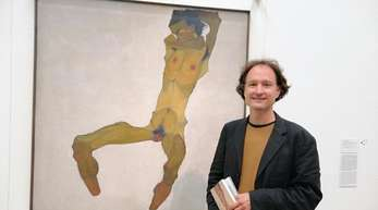 Schiele-Kenner Stefan Kutzenberger vor dem Schiele-Selbstporträt «Sitzender Männerakt».