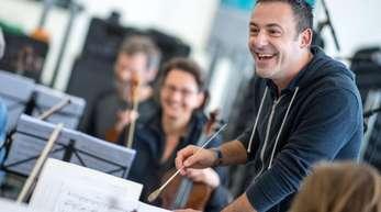 Mit Spaß dabei:Dirigent Premil Petrovic bei einer Probe mit den Musikern der Dresdner Sinfoniker.