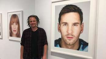 """Martin Schoeller in der Wiener Galerie """"Ostlicht"""" neben Porträts von Lionel Messie (r.) und US-Schauspielerin Jessica Chastain."""