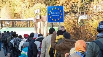 Flüchtlinge überqueren im November 2015 die Grenze von Österreich nach Deutschland.