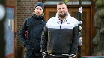 """Christoph Sell (l) und Jan """"Monchi"""" Gorkow von der Band Feine Sahne Fischfilet."""