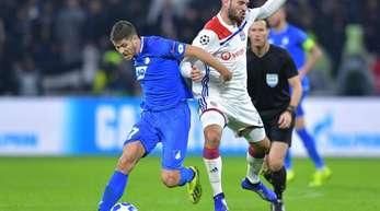 Hoffenheims Andrej Kramaric (l) und Lyons Lucas Tousart kämpfen um den Ball.