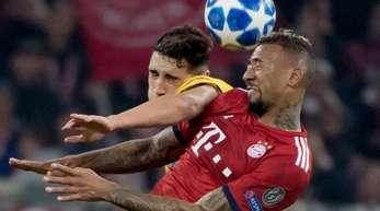 Bayerns Jerome Boateng (r) und Athens Ezequiel Ponce im Kopfballduell um den Ball.