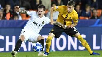 Valencias Santiago Mina Lorenzo (l) und Berns Sandro Lauper kämpfen um den Ball.