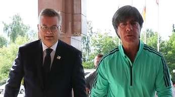 DFB-Boss Reinhard Grindel (l) und Bundestrainer Joachim Löw.