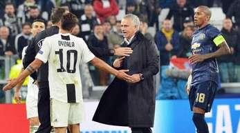 Mittendrin statt nur dabei:ManUnited-Coach Jose Mourinho (M).
