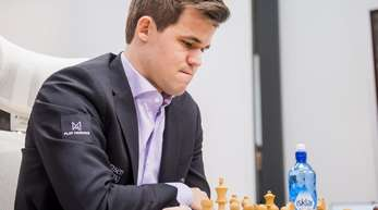 Der amtierende Schachweltmeister Magnus Carlsen aus Norwegen nimmt an einem Schach-Turnier teil.