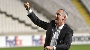 Frankfurts Trainer Adi Hütter bedankte sich auf Zypern bei den mitgereisten Fans.