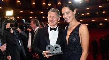 """Bastian Schweinsteiger (2.v.r) und seine Frau Ana Schweinsteiger-Ivanovic (r) nach der Gala """"GQ Men of the Year 2018""""."""