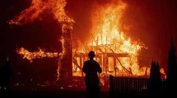 Im Ort Paradise steht ein Gebäude lichterloh in Flammen.