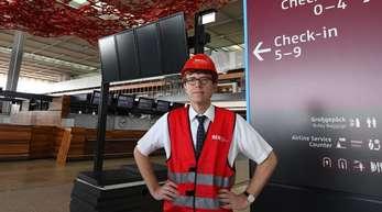 Flughafenchef Engelbert Lütke Daldrup steht in einem Terminal des Flughafens Berlin Brandenburg (BER).