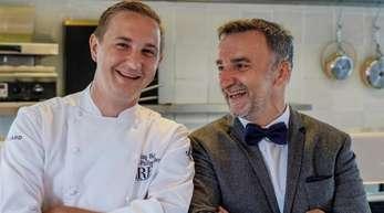 Johannes King (r) und Jan-Philipp Berner stehen in der Küche des Sölring Hof.