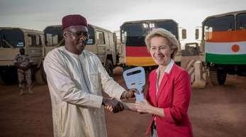 Von der Leyen übergibt ihrem nigrischen Amtskollegen Kalla Moutari den symbolischen Schlüssel für 53 LKW.