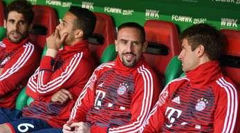 Der FC Bayern bestätigte einen Vorfal zwischen Franck Ribéry (2.v.r.) und einem französischen TV-Mitarbeiter.