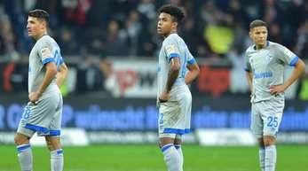 Die Schalker Alessandro Schöpf, Weston McKennie und Amine Harit (l-r) sind nach dem 0:3 konsterniert.