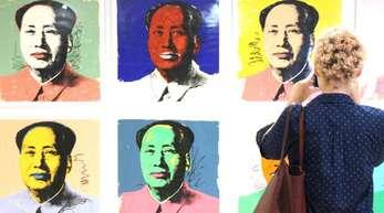 Eine Besucherin fotografiert im New Yorker Whitney Museum Andy Warhols Bilderserie von Mao Zedong.