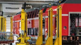 Eine Fertigungshalle für Doppelstockwagen für die Bahn des Unternehmens Bombardier Transportation in Bautzen.