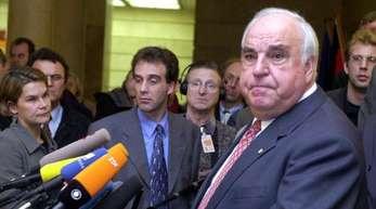 Alt-Bundeskanzler Helmut Kohl beantwortet im Januar 2001 Fragen der wartenden Journalisten. Zuvor hatte er im Untersuchungsausschuss ausgesagt.