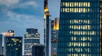 Das Frankfurter Bankenviertel mit dem EZB-Turm im Vordergrund: Die Bundesregierung mahnt die Finanzbranche, sich auch auf einen ungeregelten Austritt Großbritanniens aus der EU vorzubereiten.
