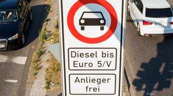 Fahrverbotsschild für Fahrzeuge mit Diesel-Motor bis Euro5 an der Max-Brauer-Allee in Hamburg.