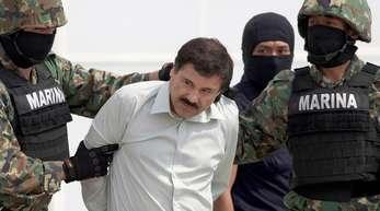 Joaquin «El Chapo» Guzman wird Anfang 2014 in Handschellen von mexikanischen Marinesoldaten zu einem Hubschrauber begleitet.