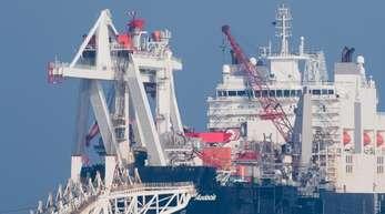 """Das Pipeline-Verlegeschiff """"Audacia"""" verlegt auf der Ostsee vor der Insel Rügen Rohre für die Ostsee-Erdgaspipeline Nord Stream 2."""