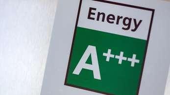 Energieeffizienz bedeutet, dass derselbe Nutzen mit weniger Ausgangsenergie erreicht wird. Ein Weg sind sparsame Geräte und eine bessere Dämmung von Gebäuden.