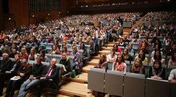 Studenten verfolgen eine Einführungsveranstaltung an der Universität Köln. Bundesbildungsministerin Karliczek will das Bafög in seiner derzwitigen Form umfassend überarbeiten.