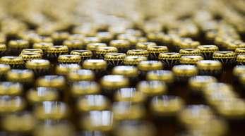 Bierflaschen stehen am auf der Abfüllanlage für Flaschenbier. Wegen des extrem trockenen Sommers ist die Hopfenernte in Deutschland schlechter ausgefallen.
