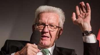 Baden-Württembergs Ministerpräsident Winfried Kretschmann (Grüne) rudert bei seiner Bemerkung über «junge Männerhorden» zurück.