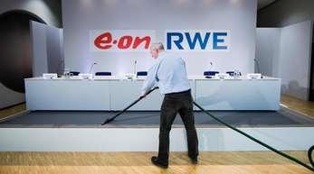 Die letzten Handgriffe vor der gemeinsamen Pressekonferenz von RWE und Eon werden getätigt.