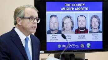 Mike DeWine, Generalstaatsanwalt von Ohio, stellt auf einer Pressekonferenz in Waverly Entwicklungen im Fall um den achtfachen Mord vor.