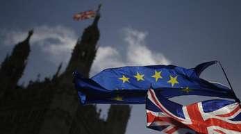 EU-Flagge und der Union Jack vor dem britischen Parlament. Experten haben sich auf den Text eines Brexit-Abkommens geeinigt.