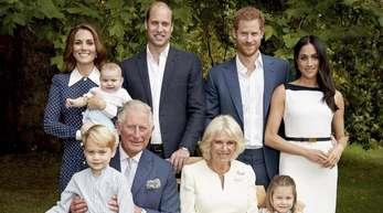 Prinz Charles (vorne l) in den Gärten des Clarence House gemeinsam mit Camilla (vorne r), Herzogin von Cornwall, Prinz William (hinten 2.v.l), Kate (hinten l), Herzogin von Cambridge, deren Kindern Prinz George, Prinzessin Charlotte, Prinz Louis, sowie P