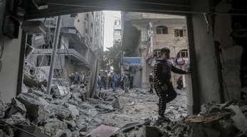 Eine palästinensischer Junge betritt ein Wohnhaus, das während der israelischen Luftangriffe auf den Gazastreifen beschädigt wurde.