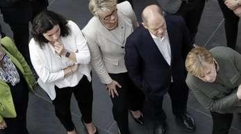 Bundeskanzlerin Angela Merkel (CDU, r) nimmt an einer Präsentation des Hasso-Plattner-Instituts teil. Neben ihr stehen unter anderem Monika Grütters, Dorothee Bär, und Hubertus Heil.