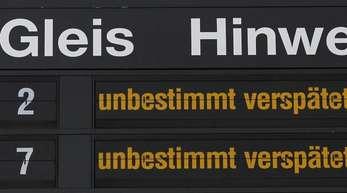 Hinweise für Bahnreisende im Magdeburger Hauptbahnhof.