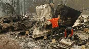 Rettungskräfte suchen nach Todesopfern in einem ausgebrannten Wohnwagenpark in Paradise.