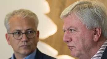 Hessens Ministerpräsident Volker Bouffier (r) zusammenmit dem Chef der hessischen Grünen, Tarek Al-Wazir.