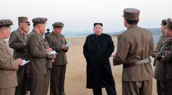 Die von der staatlichen nordkoreanischen Nachrichtenagentur KCNA zur Verfügung gestellte Aufnahme soll Kim Jong Un auf einer Teststelle des nationalen Verteidigungsinstituts zeigen.