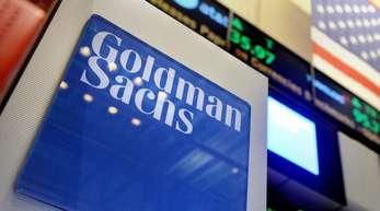 Das Logo der Investmentbank Goldman Sachs ist auf dem Parkett der New Yorker Börse zu sehen. Die Aktie steht seit Tagen unter Druck.