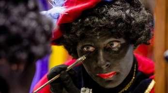 Eine Frau schminkt sich als «Zwarte Piet» - ein Thema, das in den Niederlanden mittlerweile zu erbitterten Rassismus-Debatten führt.