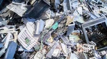 Elektroschrott liegt in einer Halle einer Recyclingfirma. Alte Elektrogeräte werden oft falsch oder sogar illegal entsorgt.