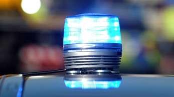 Das Blaulicht eines Streifenwagens der Polizei leuchtet. Mehrere Stunden lang suchten Beamte in Germersheim ergebnislos nach einer Seniorin.